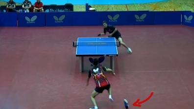 laola1 | Player loses his shoe and still gets the point!